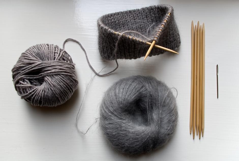 Harmaa merinovilla lankakerä, mohair-silkkisekoite lanka, pyöröpuikot, sukkapuikot, neula