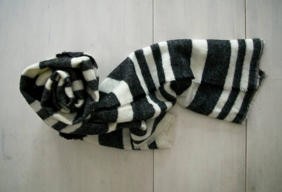 Zaran mustavalkoinen raitahuivi