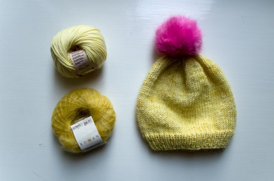 Keltainen neulottu pipo, Rowan Kidsilk Haze mohair silkkisekoite lankakerä, kerä Silke Peo 30 lanka Snurre-lankakaupasta, pinkki Wild Wild Wool -merkin tupsu Lankasatamasta