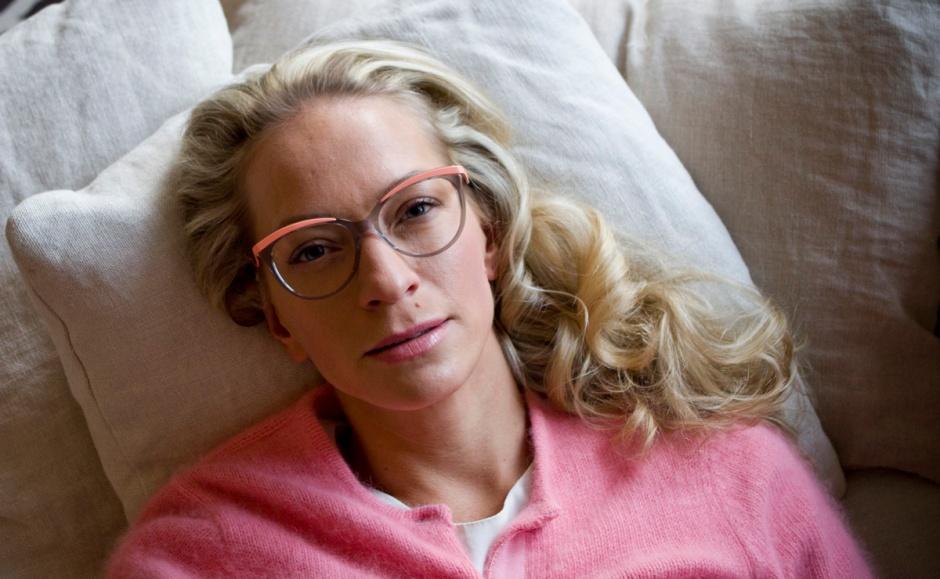 Christian Dior-silmälasit Keops-optikolta ja lohenpunainen Malene Birger -neuletakki