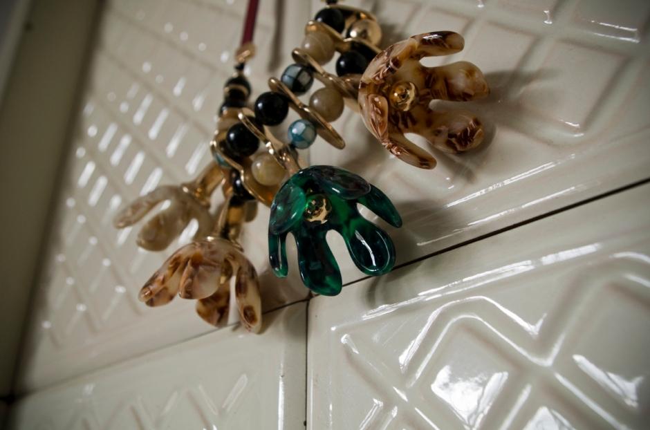 Marmoroidun näköinen kukkakaulakoru Zarasta kakluunin edessä